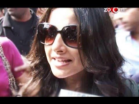 Vidya Balan promotes her film 'Kahaani' at a local station in Mumbai