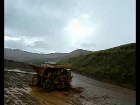 caminhão atolado na lama