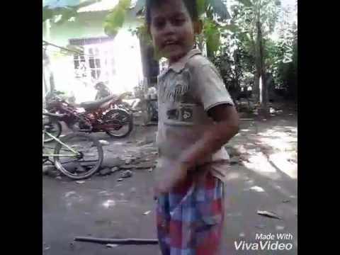 Dance anak kecil bikin ngakak sendirian :v