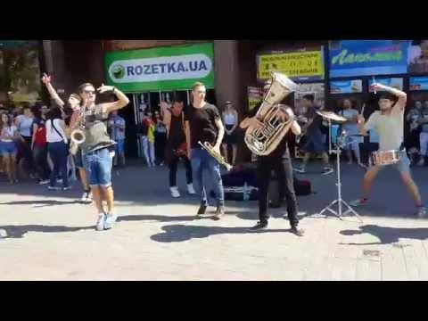 Уличные музыканты HeartBeat Brass Band выступают в Киеве на Крещатике