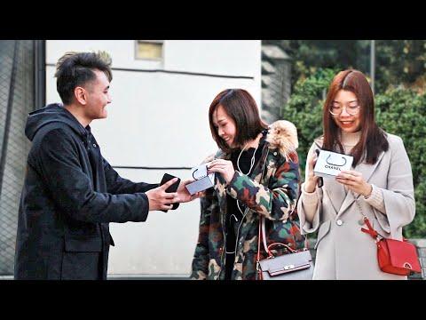 中國小夥街頭測試:你能幫我女朋友挑一個口紅嗎?最後女生們都收獲了一個驚喜!(趣味社會實驗)