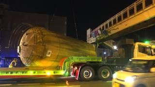 巨大タンクが国道に落下