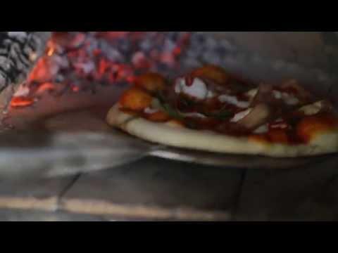 Джейми Оливер готовит пиццу в дровяной печи