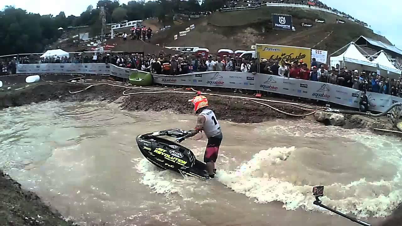 Show di moto d'acqua in una pozzanghera - YouTube