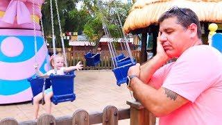 ستايسي والأب يلعبان في الملعب في متنزه.