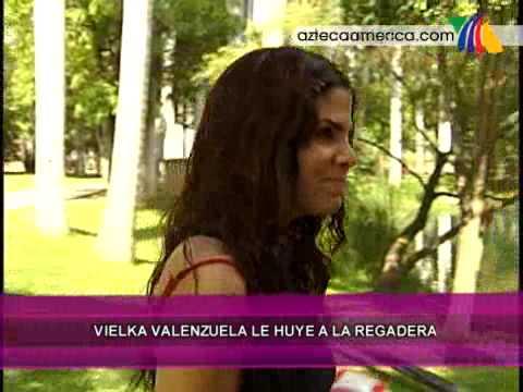 Vielka Valenzuela le huye a la regadera