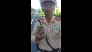 Thanh Niên Cứng Cho CSGT Bình Định Ăn Hành Khi Bắt Láo. Quá Đắng Cho Anh Cảnh Sát