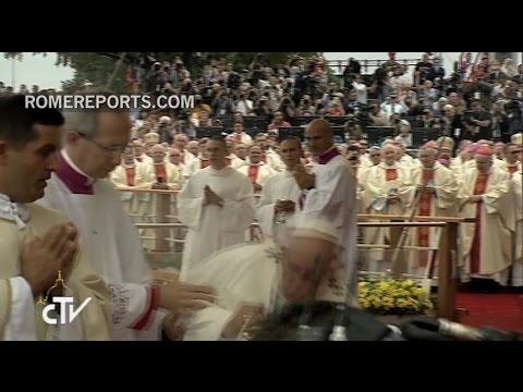 la caida del papa francisco cuando comenzaba una misa en su visita a polonia