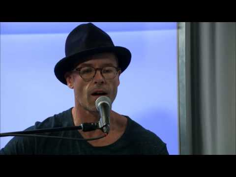 Guy Pearce performs 'Thank Your Lucky Stars for Light'