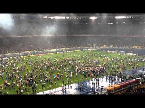 Вболівальники ФК Дніпро на полі (FC Dnipro suporters UEFA Europa League)
