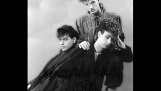 Watch Soda Stereo Observandonos satelites video