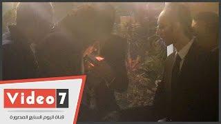 """موقف طريف بين """"منير"""" وأحد الحضور بعزاء والد إبراهيم عيسى بسبب""""سيجارة"""""""