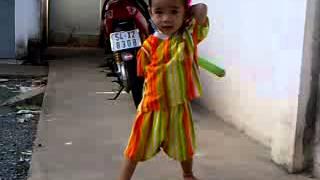 Tai nang - Nhóc tì 30 tháng tuổi múa côn điêu luyện