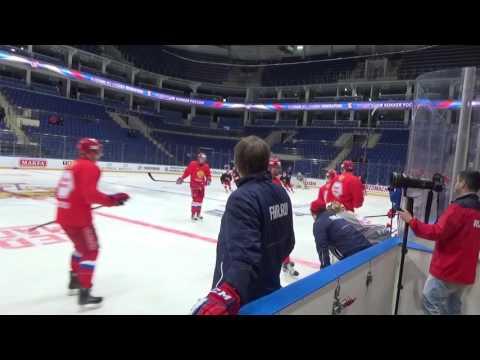 Олег Знарок на тренировке сборной России суров. И все видит.