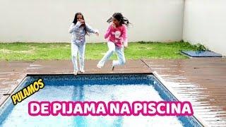 PULAMOS NA PISCINA DE PIJAMA!!! DIVERSÃO NA PISCINA