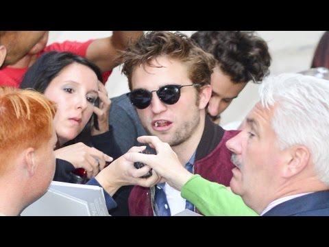 Robert Pattinson Chegando Na Q&A De The Rover Em Londres - 06/08/2014