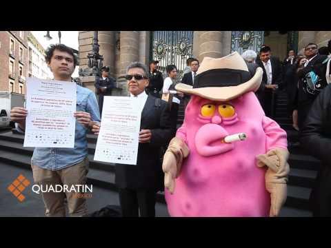 Activistas antitabaquismo protestan afuera de la ALDF