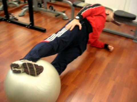 Addominali obliqui: side plank con fitball