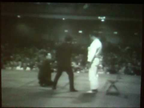 Bruce Lee - Classical Punch vs. Jeet Kune Do Punch Image 1