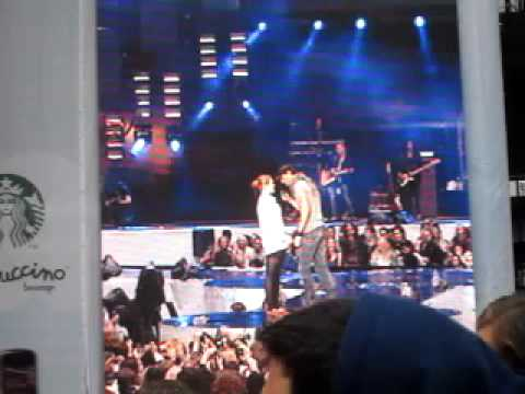 Enrique Eglesias sings Hero and Kisses a Girl on stage at Capital FM Summertime Ball