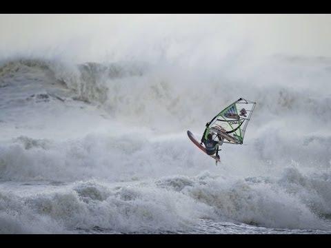 Incluso en los temidos huracanes, esos monstruos de la Naturaleza que destrozan edificaciones y hacen que se pierdan vidas, el ser humano llega al límite en un deporte tan impresionante como el windsurf. Aquí tenéis unas impresionantes imágenes donde en una competición tuvieron como terreno de juego las más impresionantes olas producidas por un huracán.