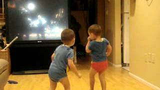 2 Kinder tanzen zu Michael Jacksons Song Thriller  lustig witzig