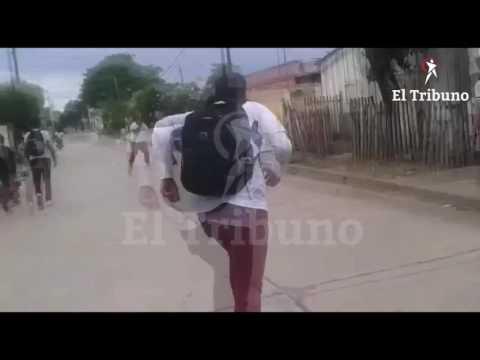 VIDEO: Orán violento: amenazó con un cuchillo a sus compañeros e intentó agredir a uno de ellos