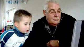 2 jarige peuter leert opa computeren