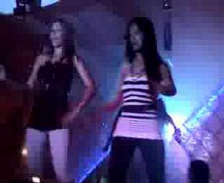 Hermoso par de mujeres bailando sobre la barra de un bar - Barras de bar ...