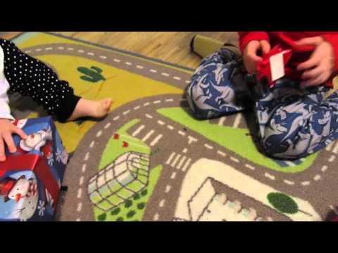 Диана и рома открывают новогодние подарки 6