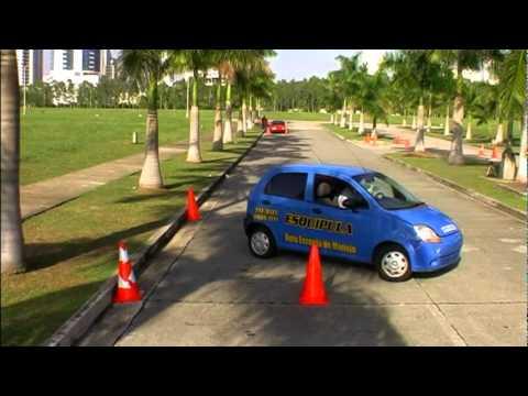 Estacionamiento lateral o paralelo.