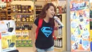 Menina dá show no karaokê do supermercado