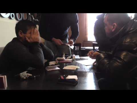Полицейских задержали в Новосибирске при получении взятки в 1,6 млн рублей