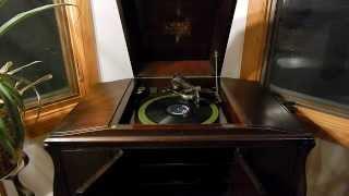 Thomas Edison's Electric Light Bulb Band Video - Playing a song on the Victrola VV-260--Bor Polka