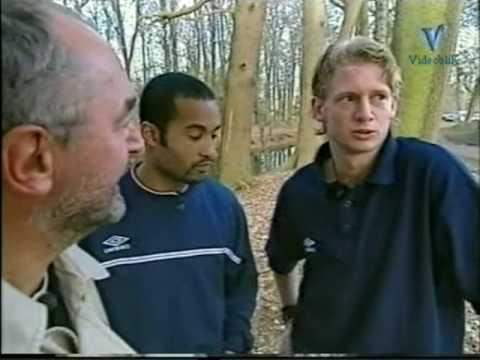 """Fragment uit het TV-Programma """"De Regenjas"""" van Harry Vermeegen."""