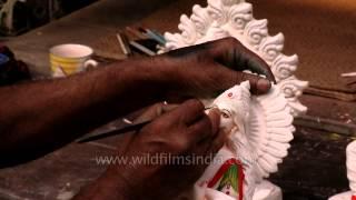download lagu Artist Paints Goddess Saraswati At Kumortuli Workshop gratis