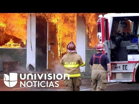 El momento en el que lanzan a un bebé de un edificio envuelto en llamas