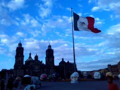 Bandera de México ondeando CALAVERAS MONUMEN 2014.