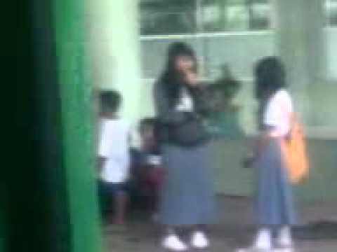 Gadis Remaja Berseragam Sekolah, Di Stasiun Kereta Api Sedang Apa Dan Hendak Kemana Membawa Diri? video