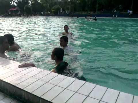 salto lucu di kolam renang