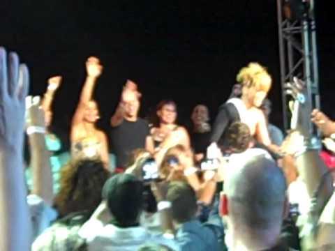 Rihanna- Umbrella pepsi fam jam from row