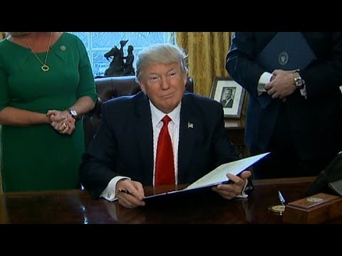 Trump signs plan to roll back financial rules