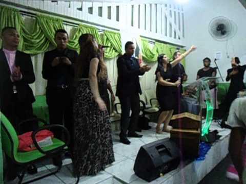 Missionária Leandra Nascimento e Pastora Mariângela Louvando A Beira do Tanque