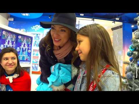ОХОТА за ИГРУШКАМИ в Детском Мире Выходные в Москве Пробрались за Сцену во Время Спектакля Вики Шоу