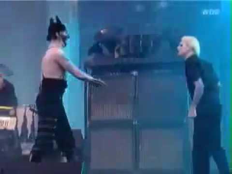 Marilyn Manson kicks John 5