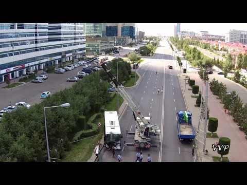 Пассажирский автобус врезался в столб в Астане - съемки с квадрокоптера