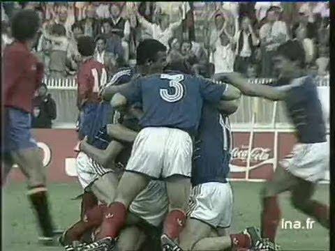 28 juin 1984 Liesse dans les rues de Paris après la victoire de l'équipe de France de football contre l'Espagne dans le championnat d'Europe des nations. Ima...