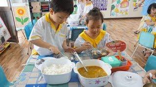 10 Đứa Thì 11 Đứa Ăn Cơm Ở Lớp Ngon Hơn Ở Nhà ❤ Trò Chơi Trẻ Em ❤ Cutest Babies Eating