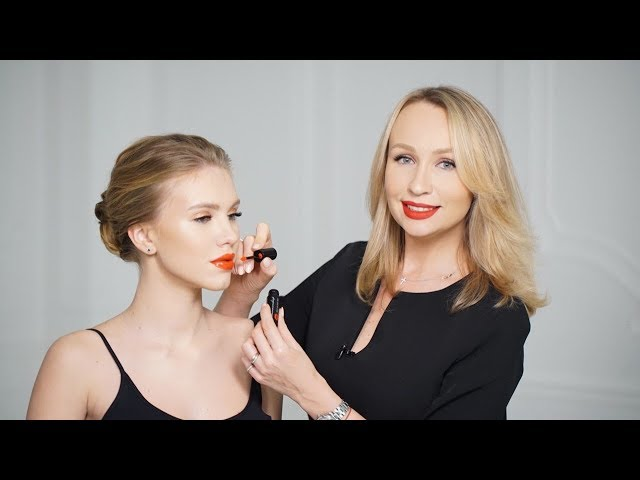 Эффектный макияж с яркими губами с виниловым эффектом.