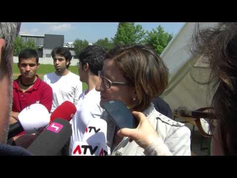 Innenministerin Mikl Leitner besucht Flüchtlinge im Zeltlager Linz 01